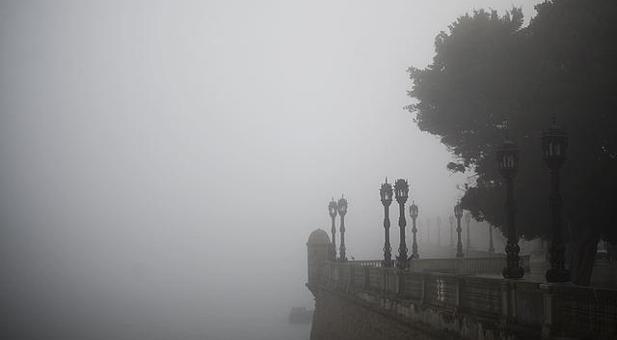 Cádiz despierta envuelta en una densa niebla