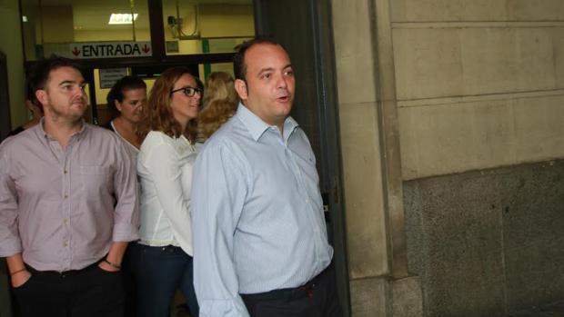 El alcalde de La Algaba, Diego Manuel Agüera (PSOE), saliendo de los juzgados este jueves