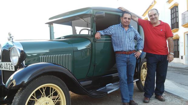 David Arregui y Enrique Martín con un Ford T «a pedales»