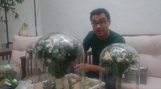 Manuel Antúnez trabajando con varios ramos de novia en su taller de Mairena