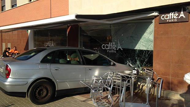 El vehículo se empotró contra el muro de cristal de la cafetería Caffe París de Dos Hermanas
