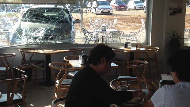 Los clientes de Caffe París se llevaron un gran susto cuando estaban desayunando