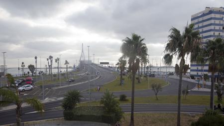 La rotonda del puente distribuye los tráficos a tres avenidas: de la Bahía, de Huelva y las Cortes.
