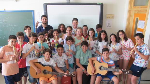 Manuel Lozano con un grupo de alumnos lebrijanos