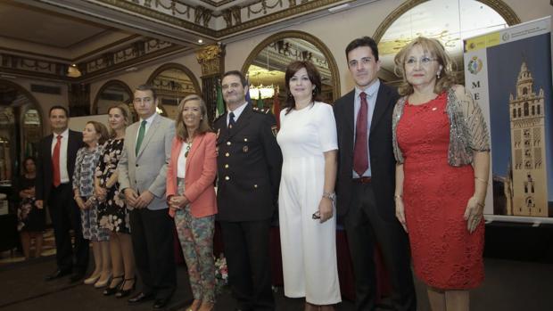El delegado del Gobierno posa con algunos de los condecorados