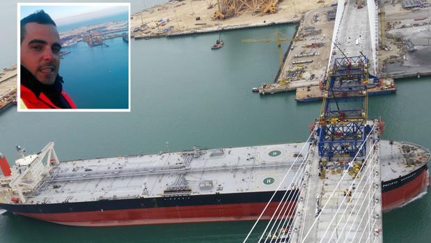 Luis Vela, el joven alcalaíno con las vistas desde su grúa y de fondo, el paso de un buque durante la construcción del Segundo Puente.