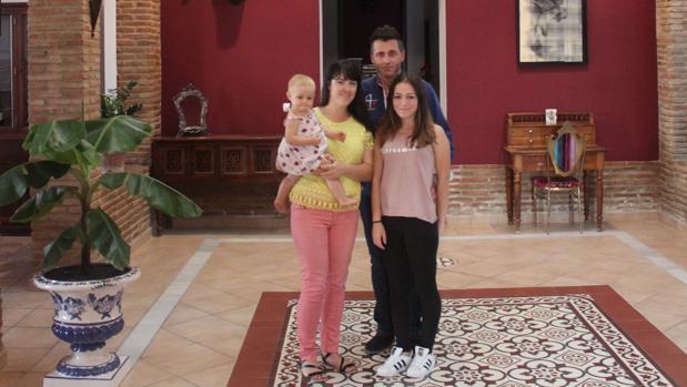 La familia Jehanno al completo en el salón de su hotel