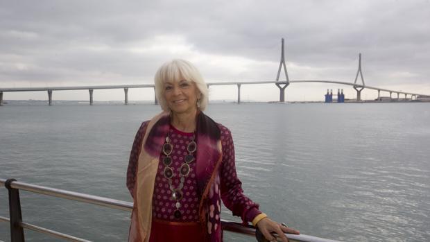 La que fuera alcaldesa de Cádiz entre 1995 y 2015, posaba el pasado jueves ante el puente de la Constitución de 1812, en cuya construcción tuvo un papel fundamental.