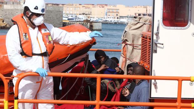 Salvamento Marítimo atiende a los inmigrantes esta mañana