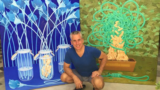 Sacha posa ante los cuadros 'Calla Lilies with Fetus in Blue' y 'The Suffering Bonsai'.