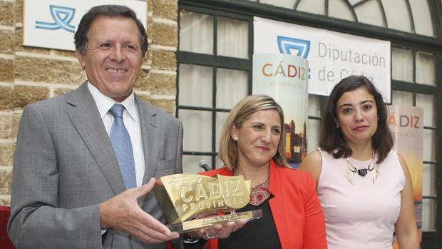 La presidenta de la Diputación de Cádiz, Irene García, acompañada de la diputada de Turismo, María Dolores Varo, entrega el galardón a José Luis Blanco, presidente de la APBC