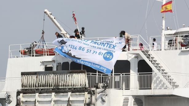Momento en el que los activistas colocan la pancarta en un ferry de pasajeros