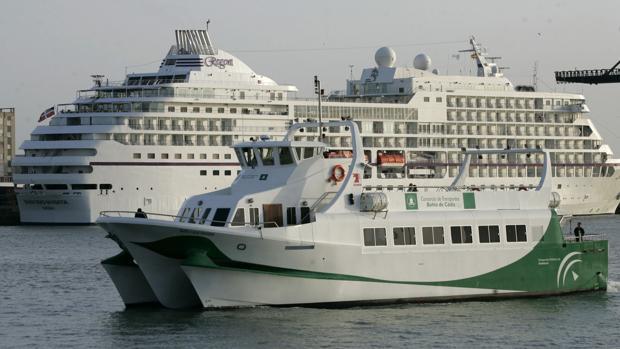 El levante obliga a suspender los catamaranes entre Cádiz y Rota