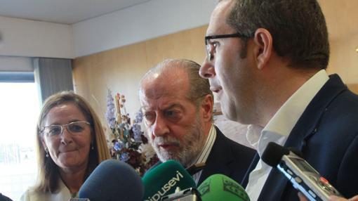 El presidente de la Diputación, Rodríguez Villalobos, junto al alcalde de Los Palacios