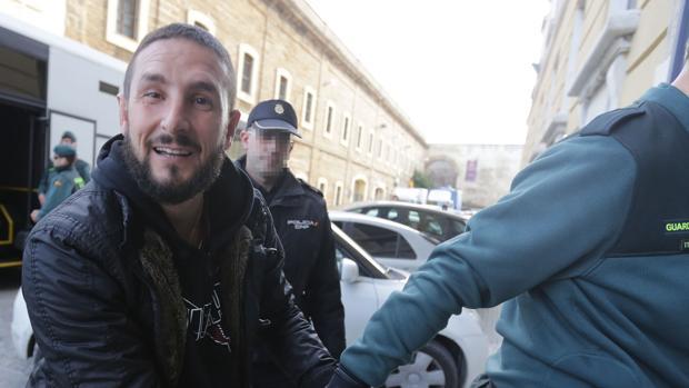 Iván Odero sonríe a la cámara al llegar a la Audiencia