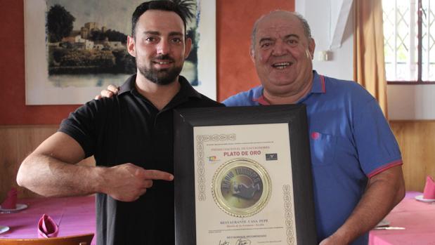 Pepe Muñoz y su hijo David con el Plato de Oro de Radio Turismo