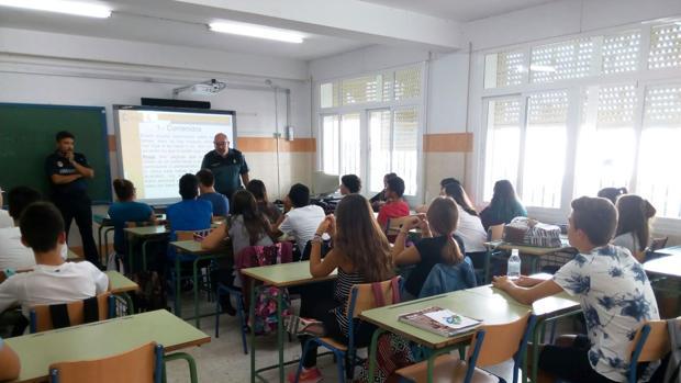 La Guardia Civil de Cádiz comienza a impartir charlas de prevención con el inicio del presente curso escolar