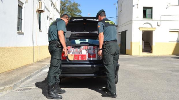 La Guardia Civil interviene 5.000 cajetillas de tabaco de contrabando y detiene a las dos personas