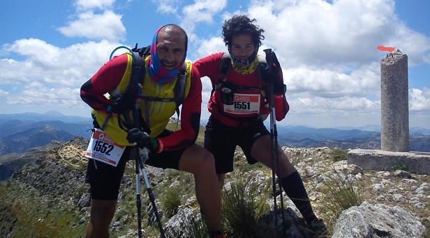 Antonio y Paco Villar durante una ultra run en la cima de Comapedrosa, el pico más alto de Andorra