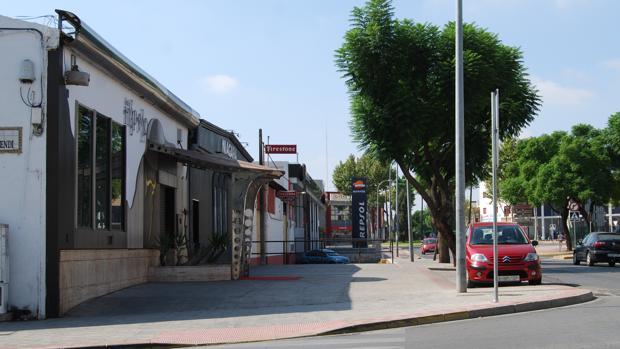 El local se encuentra ubicado junto a la avenida 28 de febrero de Dos Hermanas