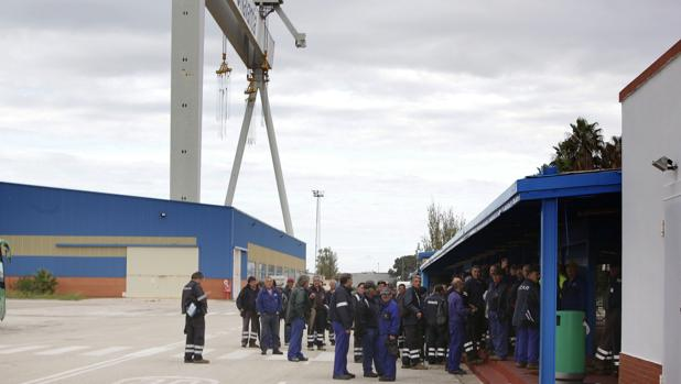 Salida de uno de los turnosde trabajo del astillero de Puerto Real
