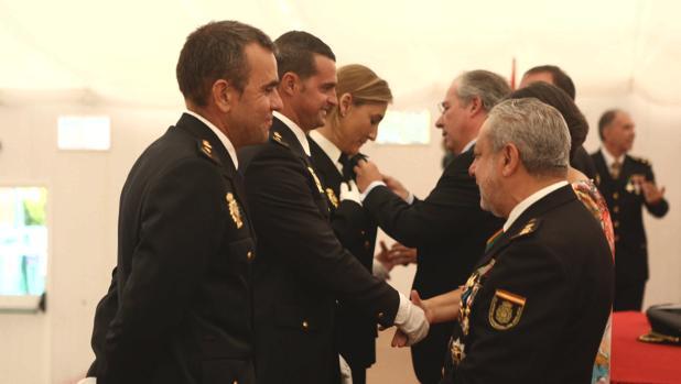 Algunos agentes condecorados reciben la distinción.