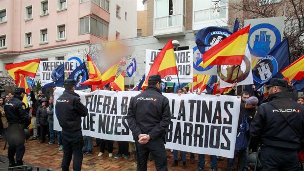 La Policía vigila una concentración de grupos ultraderechistas y xenófobos en Madrid.