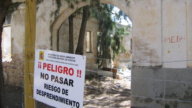El Ayuntamiento ejecuta tareas de limpieza y consolidación de edificios en Sancti Petri