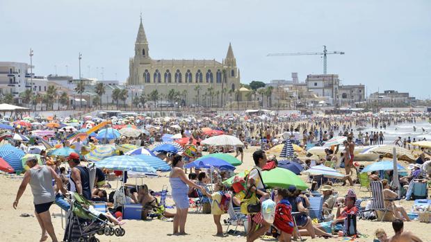 La playa de Chipiona en temporada alta