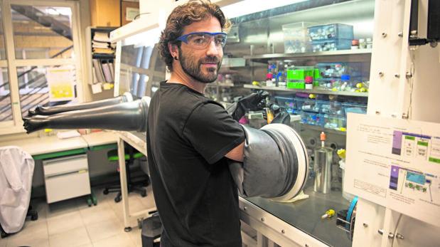El quimico Pablo Ríos en un laboratorio de CicCartuja usando la «cámara seca»