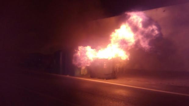 Uno de los contenedores que salió ardiendo.