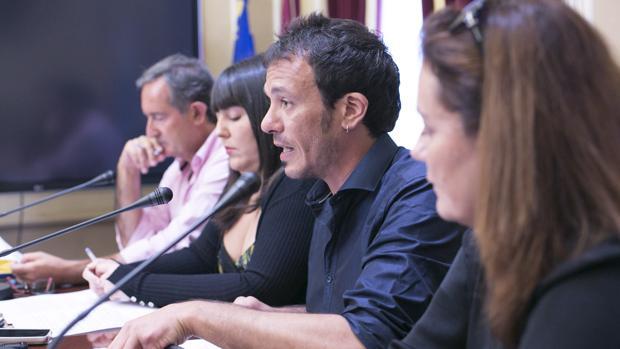 El alcalde, junto con Laura Jiménez y técnicos del IFEF.