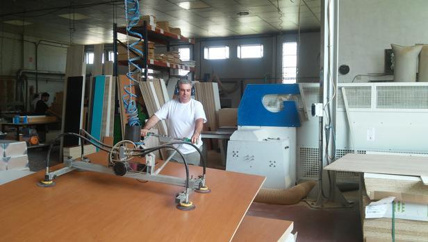 Los trabajadores de La Rodense transforman más de 30.000 tablones al ño que se venden en toda España