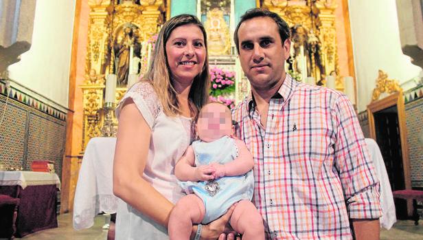 José Manuel Pastor y María Dolores Bermúdez con su pequeño delante de la Virgen de Setefilla