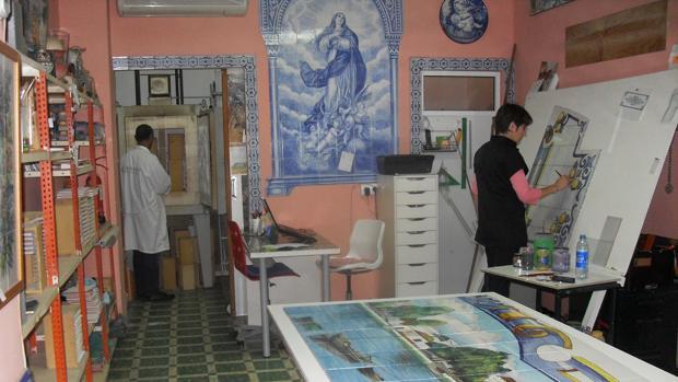 Juan Carlos Grau, al fondo, en el horno, y Teresa Rodríguez trabajando en un nuevo proyecto