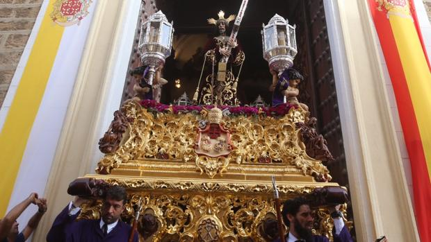 Cádiz arropa al Nazareno en su recorrido