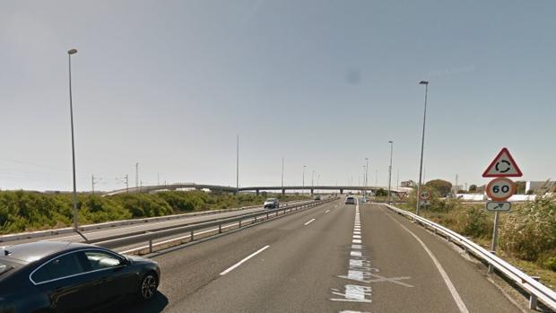 Heridos cinco jóvenes al chocar un turismo y una moto en Torregorda