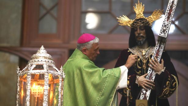 Rafael Zornoza impone al Nazareno de Santa María la medalla de oro de la ciudad