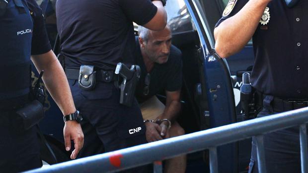 Julio Mateos sale del coche de la Policía que lo llevó a los juzgados de Coria en agosto