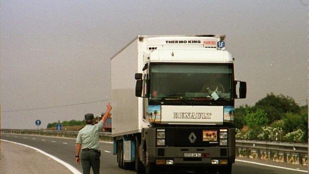 Un agente da el alto a un camión para proceder a lsu inspección