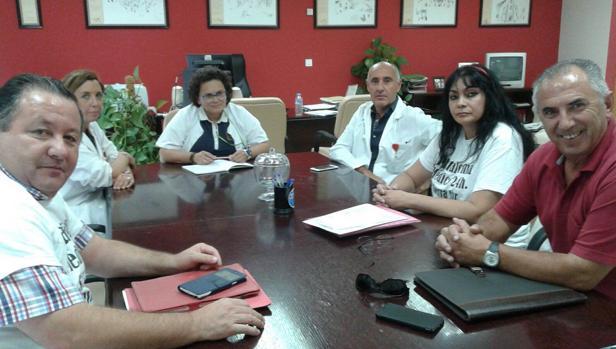 La gerente del Área Sanitaria de Osuna con alcaldes de la Sierra Sur y la plataforma «Médico 24 horas ¡Ya!»