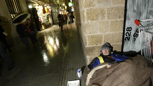 Un 'sin techo', en una de las calles de la capital