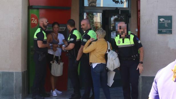 La víctima, atendida por la Policía Local justo momentos después del suceso