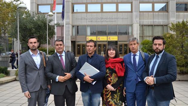 Alcalde y portavoces, a las puertas del Ministerio de Hacienda.