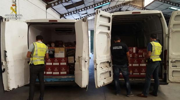 El cargamento con más de 6.000 botellas de bebidas alcohólicas recuperado por la Guardia Civil de Gines