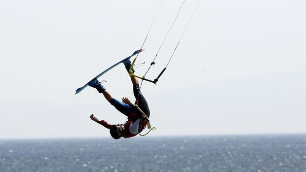 Un kitesurfer en Tarifa