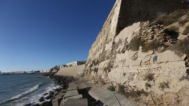 La rehabilitación de la muralla de Cádiz se queda a medias