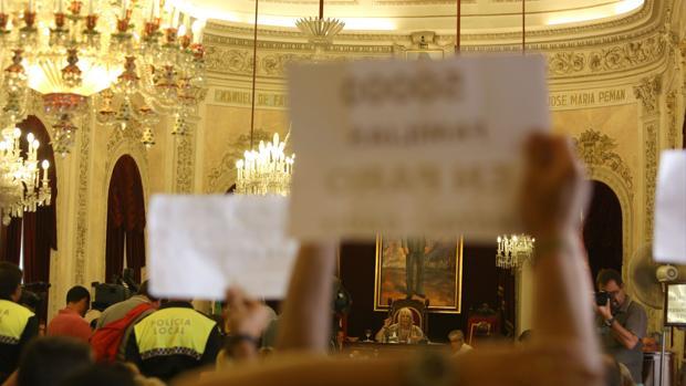 Protesta durante un Pleno presidido por Teófila Martínez