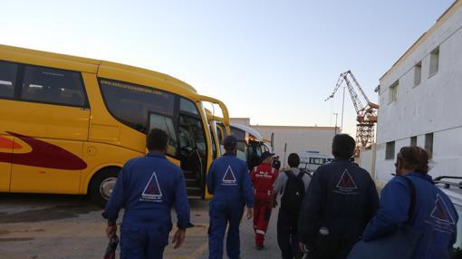 Cientos de obreros está alojados en hoteles de Puerto Real y se trasladan en autobús