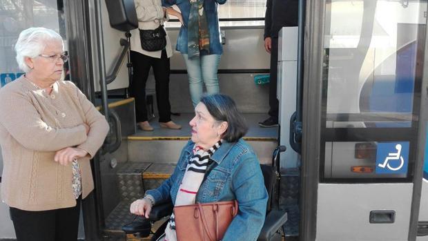 Denuncian la falta de adaptación del transporte público a personas con movilidad reducida en Tocina